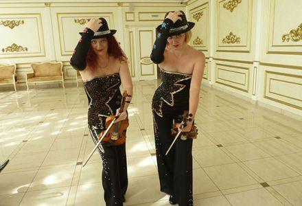 """Каждую пятницу и субботу в ресторане """"Ганс"""" выступает очаровательный и зажигательный скрипичный дуэт девушек ТУ КЭТ."""