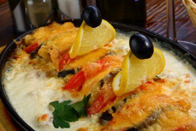 Филе палтуса и семги, запеченное с овощами в сливочном соусе