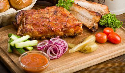 Свиные ребра, запеченные в медовом маринаде, с домашними разносолами и соусом
