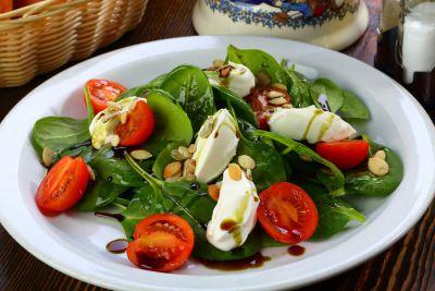Молодой шпинат с помидорами черри, сливочным сыром и тыквенными семечками, заправленный ароматным тыквенным маслом