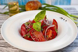 Летний салат из помидоров и сладкого красного лука с базиликом /260