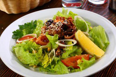 Коктейль из морепродуктов с обжаренной семгой на сочных листьях салата, с овощами и сладкой кукурузой