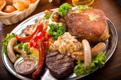 Свиная ножка, стейк из свинины и говядины, немецкие колбаски, кислая капуста, пюре и рис с лечо