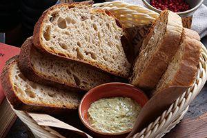 Хлебная корзинка с зеленым маслом