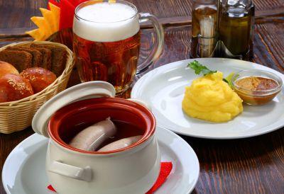 С картофельным пюре, маринованными огурцами и немецкой горчицей