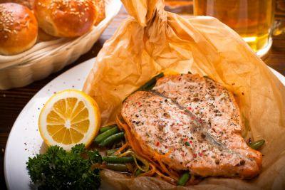 Филе лосося с овощами, запеченное в пергаменте