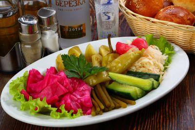Маринованный огурчик, соленый помидор, кавказская капуста, квашеная капуста, зубчики острого чеснока, черемша