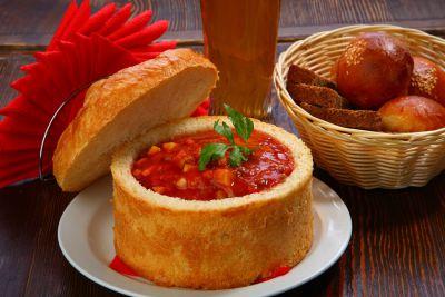 Острый мясной суп, подается с хлебной булке